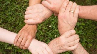 画像:家族が手を握り合っている